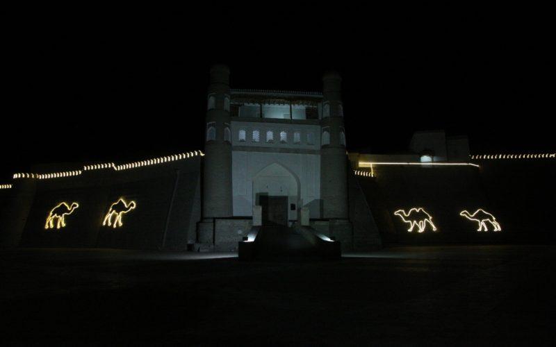 Древняя цитадель в Бухаре с подсветкой