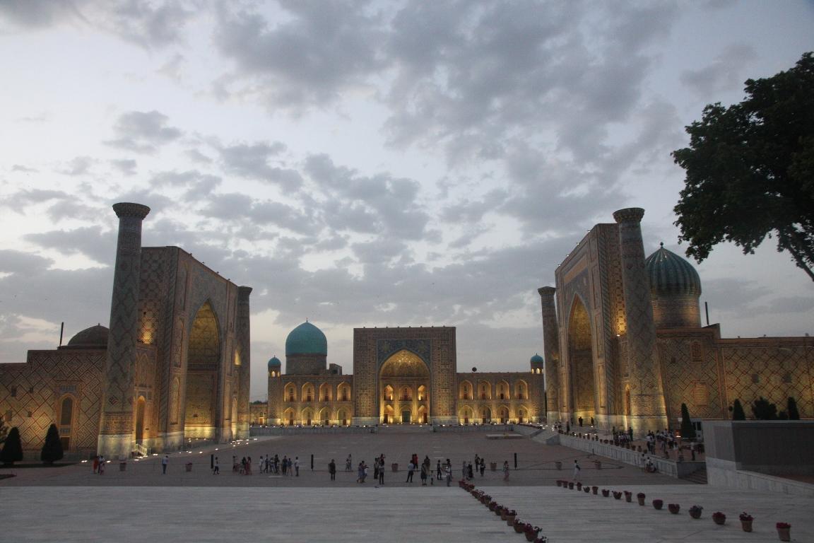 Площадь Регистан с подсветкой медресе Улугбека, Шердор, Тилля-Кари