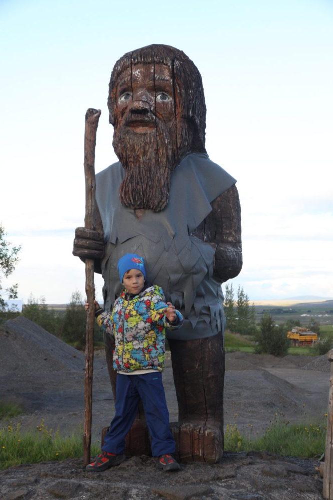 памятник возле долины гейзеров исландия